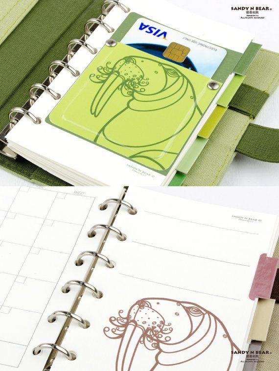 Única artística hecha a mano organizador personal, diseñado, hecho a mano / impreso con nuestro arte de ilustración original Morsa por Sandy N Bear en Kaohsiung, Taiwán.  Las portadas de este organizador personal están hechas de 100% hilo de algodón y cartulina, con tejido de poliéster grueso. Está utilizando un clip de alta calidad antioxidante de 6 agujeros para sostener los papeles y el cierre mediante un conjunto de botón del metal.  Disponible en 2 diferentes tamaños y 4 colores (color…
