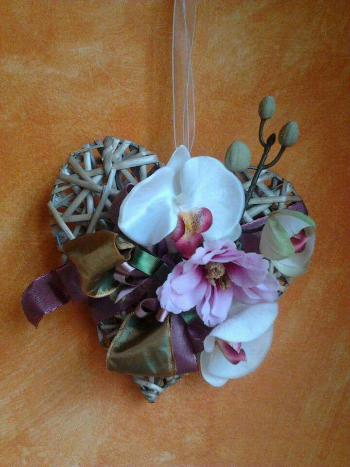 Cuore in vimini profuma ambiente con fiori in tessuto