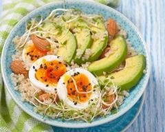 Power bowl au quinoa : http://www.cuisineaz.com/recettes/power-bowl-au-quinoa-86075.aspx
