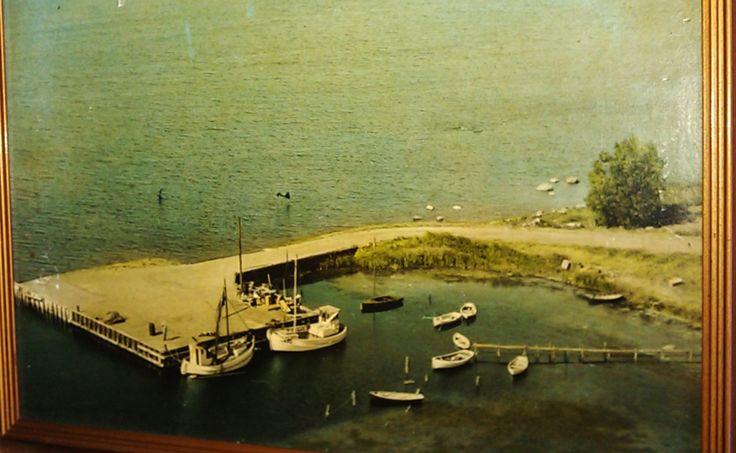Skåningebro. Th. ligger RUTH, ejet af Niels Peter Andreasen (f. 1933), bygget på Fejø, med dam. Tv. Henry Jacobsens båd. Begge trak vod. Niels Peter var med sin far Niels Andreasen (f. 1905) ude at fiske i faderens åledrivkvase med sejl, da der under krigen ikke var petroleum at få til motoren. På rekordnætter kunne fangsten løbe op i 500 ål. Andreasen fiskede mest i farvandet nord for Bogø, men lejlighedsvis også i Grønsund. Aerodan Luftfoto, ca. 1960. Fra Niels Peter Andreasens samling.