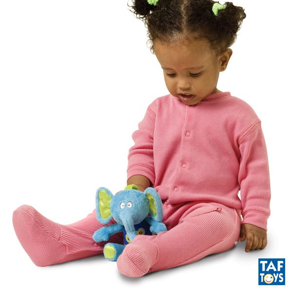 World Musical Doll - 3 modelos TAF TOYS - Ref. 11005 La música ayuda al bebé a desarrollar la inteligencia emocional y aprende el mecanismo de causa y efecto. El bebé puede disfrutar de música reggae, country y rock. Se apaga automáticamente para no gastar pilar. Aro de plástico de fácil sujeción. Pilas reemplazables. Medidas: 19 cm