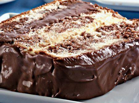 Receita de Bolo Mármore de Baunilha e Chocolate - bolo inglês untada e enfarinhada, coloque a massa branca e por cima a massa de chocolate e mescle com um garfo. Asse no forno, pré-aquecido, a...