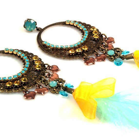 Lange veren oorbellen in turkoois en geel met grote bronzen