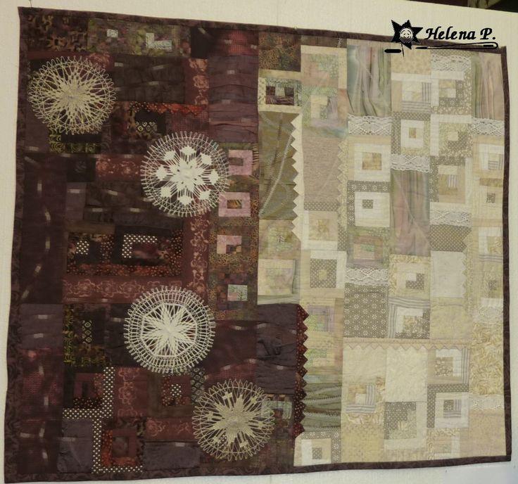 Vesmírný labyrint- textilní obraz Textilní obraz šitý technikou patchwork a art quilt a zdobený volným quiltováním. V zadní části všit tunýlek na provlečení tyčky. Obraz byl vystaven na Bohemia Patchwork meeting v Praze 2011 , naFestival of Quilts 2011 v Birminghamu a v lMaďarsku. Velikost 98cm x 102cm.
