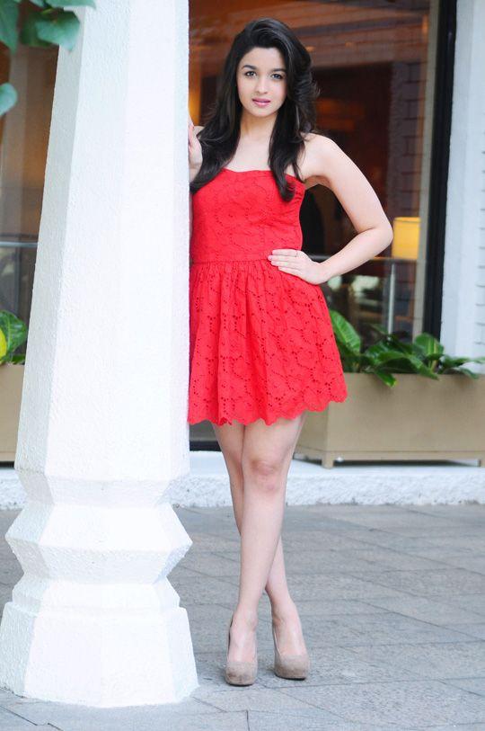 alia-bhatt-in-red-mini-skirt_138130112450.jpg (540×813)