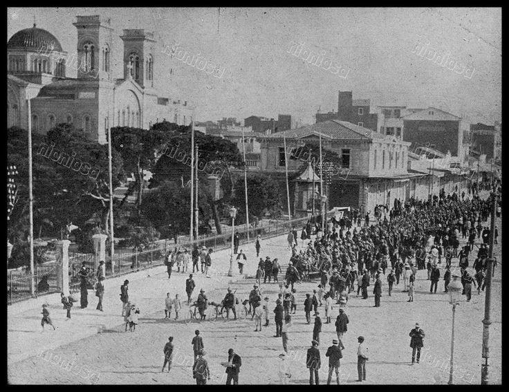 Πειραιάς 23 Ιουνίου 1917: απόσπασμα του Γαλλικού πεζικού στην Ακτή Μιαούλη κατά την διάρκεια του συμμαχικού αποκλεισμού από της δυνάμεις της Αντάντ. Αριστερά ο Τινάνειος Κήπος, πιό πίσω ο Ι.Ν. του Αγίου Νικολάου και μπροστά του η οικία Χατζόπουλου.