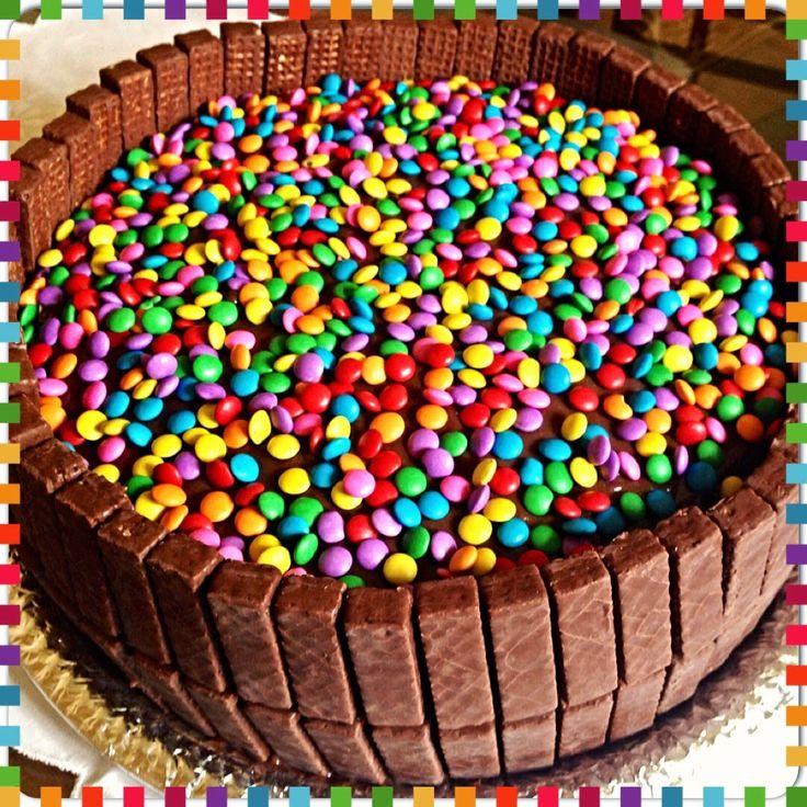Na onda de bolo decorado com Confete e Bis, fiz esse bolo de chocolate, recheado com doce de leite e cobertura de brigadeiro que ficou um es...