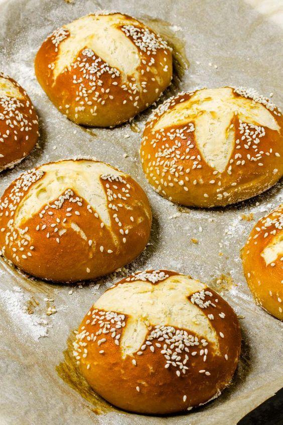 Laugenbrioche Buns frisch aus dem Ofen