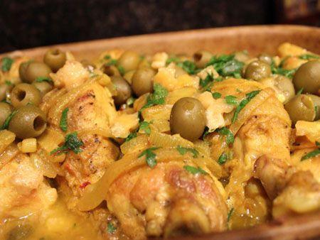 Preparatele cu pui sunt intotdeauna satioase si delicioase. Reteta Pulpe de pui cu masline verzi si lamaie la cuptor este in plus foarte aromata datorita co