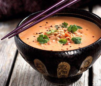 En fantastiskt god och smakrik, men samtidigt enkel och snabblagad soppa med thaismak. Lime, apelsin och ingefära matchar fint ihop med kokosmjölken. Sweet chilisås, röd curry och färsk koriander hjälps åt att ge extra sting åt thaisoppan.