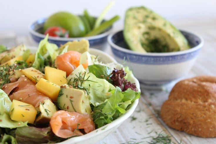 Πράσινη σαλάτα με ρόκα, καπνιστό σολωμό και μάνγκo