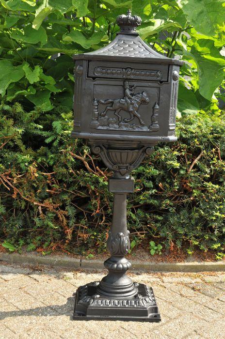 Staande Mailbox zwaar gietijzer postklep gerestaureerd.  Mooie gietijzeren oude post-mailbox op standaard met forse postklep.Deze mailbox is uit de eerste helft 20 ste eeuw en heeft optisch wat gebruikssporen maar dat is normaal vooreen oudere postbus. Staat is na restauratie zeer mooi voorzien van een nieuw slot met sleutels zie de foto's.Postbus komt uit de Engeland.1 x Engelse staande postbus vol gegoten metaal zwart met postklep en ruime deur. Afmeting zijn ca.: hoog 120 cm breed 42 cm…