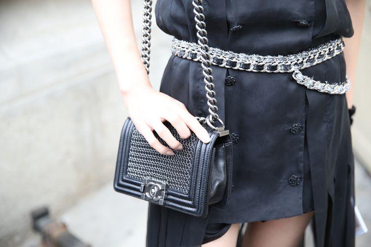Sac Boy Chanel http://www.vogue.fr/defiles/street-looks/diaporama/street-looks-a-la-fashion-week-de-paris-jour-8-1/15531/image/867055#!sac-boy-chanel
