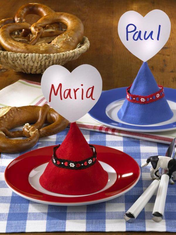 """Oktoberfest-Deko basteln: Namensschilder aus Filzhüten </b>Redaktions-Tipp zum Selbermachen: Dank dem <b> <a href=""""/bildergalerie/1260738/ansicht.html"""">Namensschild</a> </b>am Filzhut findet hier jeder garantiert den richtigen Platz.</p><p><b> <a href=""""/artikel/943859/ansicht.html"""">Oktoberfest-Deko basteln: """"Namensschilder aus Filzhüten"""" >></a>"""