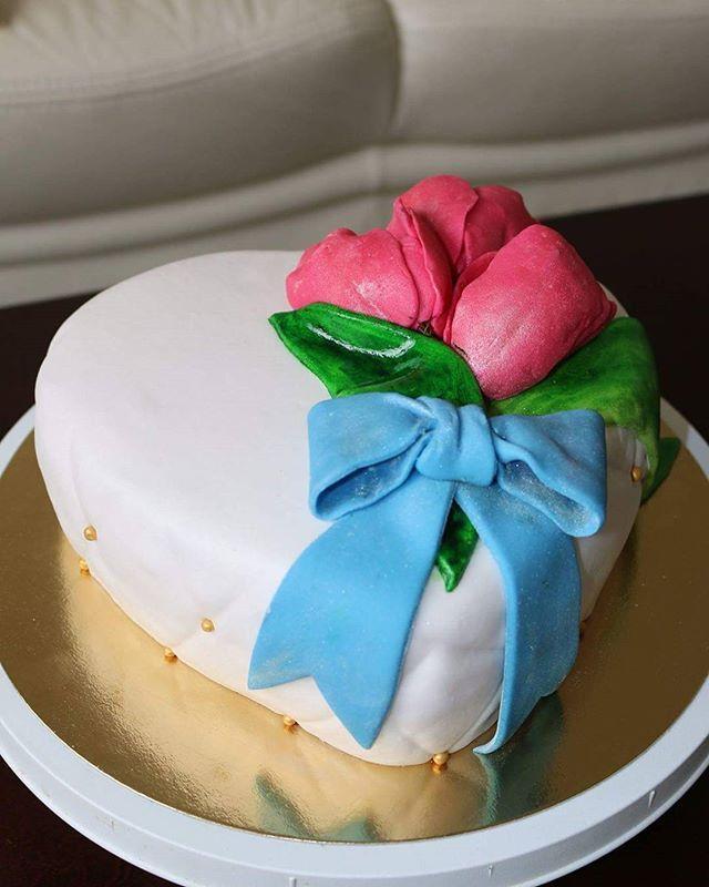 #strawberry #cake #baking #anniversary #celebration #hobby #flowers #fondant #cakedecorating #tulips