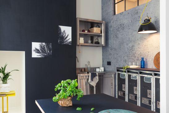 Küchenzeile Flugzeugwagen graue Wand Industrilampe Betonwand New Tendency Fantastic Frank Immobilienagentur