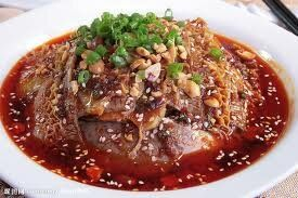「夫妻肺片」は、中国では大変人気のあるメニューですが、日本ではめったに食べることができない四川料理。成都市で郭氏と張氏の夫婦が牛タン、牛のレバー、牛の胃袋を調理して完成させたことから、この名がついた。四川ではおつまみとしても食べます。