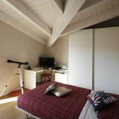Mansarda: Camera da letto in stile in stile Moderno di Luca Mancini | Architetto