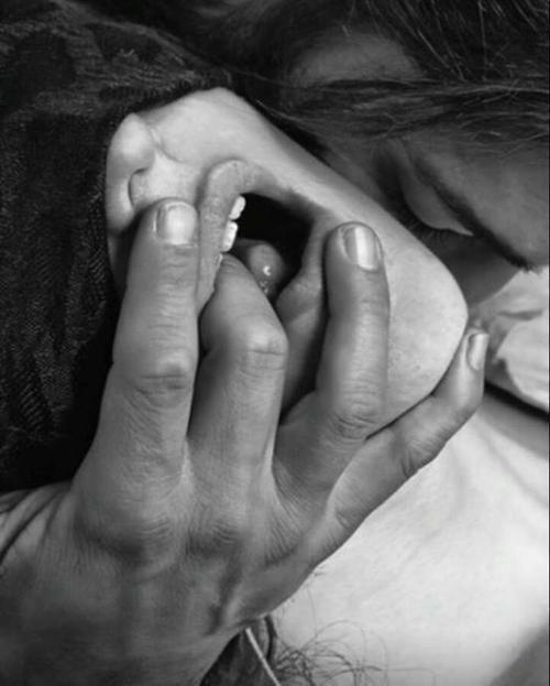 Девчонка ебет мужа пальцем и сосет правы