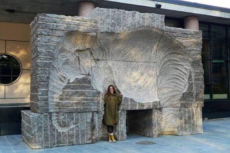 Kuvanveistäjä Hanna Vihriälän suunnittelema veistos Turussa, Aboa Vetus & Ars Nova museon edessä. Teos on toteutettu negatiivinä Ylämaan ruskeaa graniittiin.