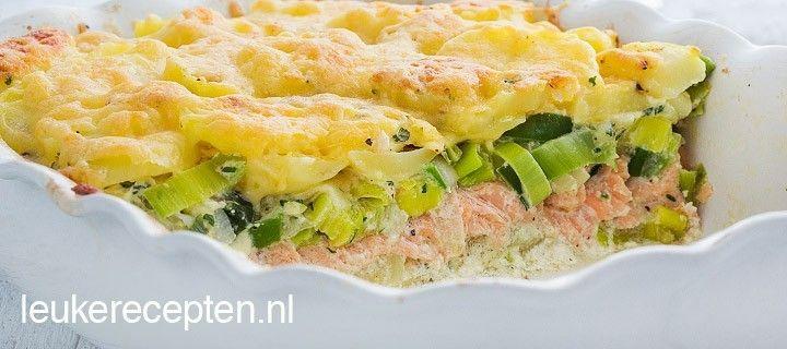 Hollandse ovenschotel met laagjes aardappel, zalm en prei onder een laagje kaas