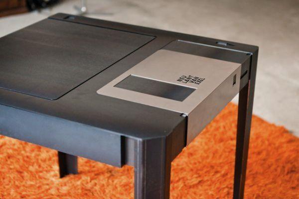 El equipo de diseño alemán Neulant van Exel nos ha alegrado el día presentando la Floppy Disk Table. Esta maravilla demuestra por enésima vez cuánto echamos de menos a los disquetes. Personalmente, todavía no he encontrado una forma mejor de aliviar el estrés que coger uno y abrir y cerrar el metal durante horas.