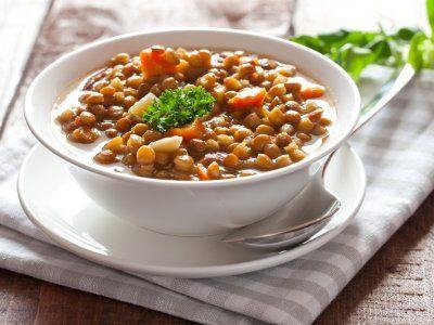 Receta de Sopa de Lentejas   Una deliciosa y llenadora receta de sopa de lentejas. Ideal para cuando tienes muchos comensales para la hora de la comida.