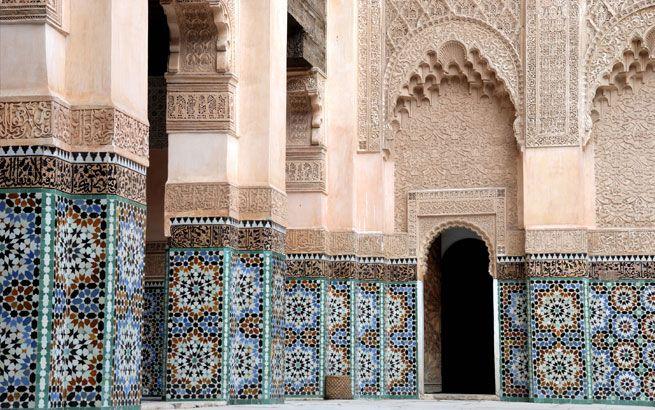 Farbenfrohe Mosaike in der weit bekannten Koranschule Madrasa Ben Youssef in Marrakesch