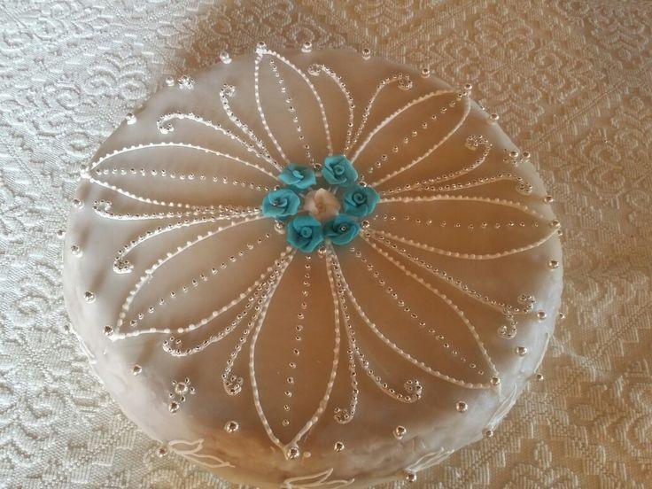Torta di mandorle decorata con ghiaccia reale e sferici argentati