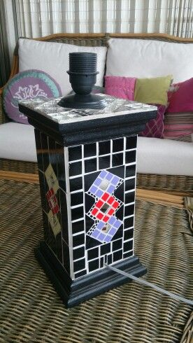 Lámpara decorada con teselas de cerámica y de vidrio. Base de madera, todo hecho a mano.