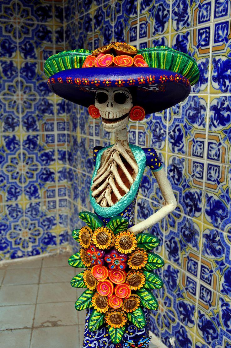 CATRINA & info: La Catrina: Mexico's grande dame of death (http://www.sfgate.com/mexico/mexicomix/article/La-Catrina-Mexico-s-grande-dame-of-death-2318009.php). photo  https://flic.kr/p/bFdrbH | azulejo catrina (catrina tile) from visitor center de La Piedad Michoacán México.  Helena Nares. dark.angel.helena@gmail.com.