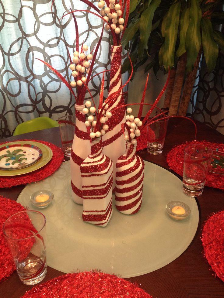 Nada trae una mesa a la vida en la mañana de Navidad que una pieza central hermosa. Centros de mesas de comedor se pueden comprar ya hecha en la tienda o p