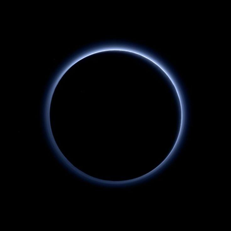 L'engin envoyé par la Nasa ne cesse de livrer de nouveaux clichés de la planète naine et glacée. Les derniers clichés montrent que là-bas le ciel est bleu, comme sur Terre.