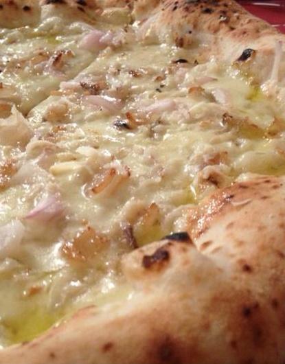Pizza con Cipolla Ramata di Montoro, Lardo di Nero Casertano e Conciato Romano