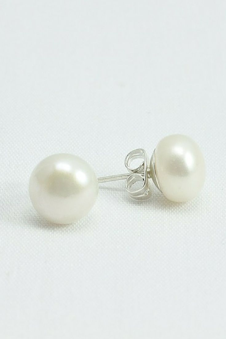 Pearl Stud earrings / Real pearl earrings / Preppy style / MUST have / Click to shop...