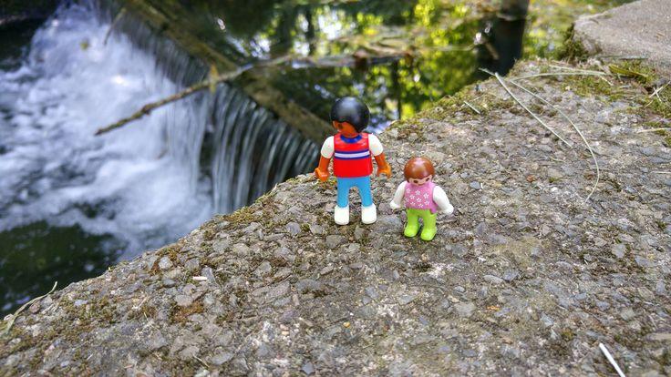 Playmobil se promène au bord de l'eau pour trouver un peu de fraîcheur.