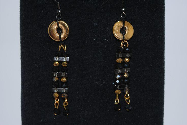 Νέο σχέδιο σε σκουλαρίκια, με επίχρυσο στοιχείο,στοιχείο αιματίτη και κρυσταλλάκια σε μαύρο και χρυσό συνδυασμό!  Από τα αγαπημένα μου κομμάτια!!  12€