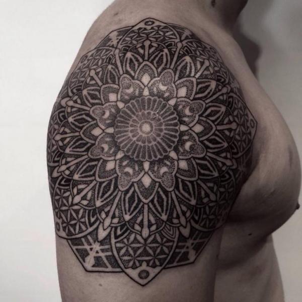 Épaule Mandala Dotwork tattoo par Tattoo Chopstick