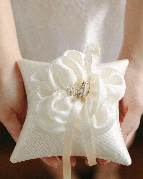 Oreiller d'anneau fleur Ivoire bague oreiller par louloudimeli