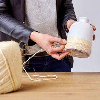 lege flessen pimpen - omwikkel de dubbelzijde tape met touw
