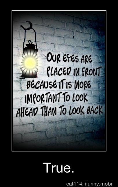 Es más importante mirar hacia adelante que mirar atrás. ¡Por algo tenemos los ojos delante!