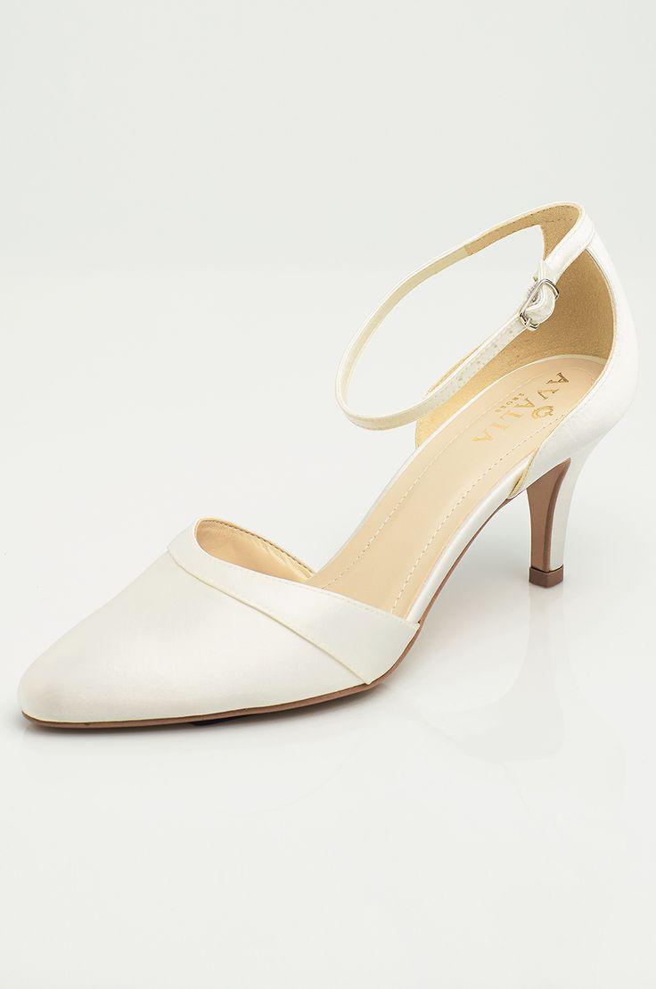 Shoes MIRA from AVALIA. Lined with super soft foam and beautifully designed. AVALIA Shoes is a trademark of Bianco Evento. #biancoevento #avaliashoes #bridalshoes #bridalshoescollection #collection2017 #collection2018 #bridalaccessories #weddingideas #bridetobe