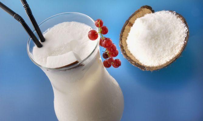 COCOLOCO Ron blanco 4/10 Sirope de coco 3/10 Agua de coco 2/10 Leche de coco 1/10 Elaboración  En primer lugar, abrimos el coco para sacar el agua y depositarlo en la coctelera. Al ser de trago largo, utilizaremos una copa grande. Movemos la leche de coco. Preparamos la coctelera, echamos hielos, ron blanco, sirope de coco y la leche, y para terminar, nata. Cerramos y agitamos. Servimos.