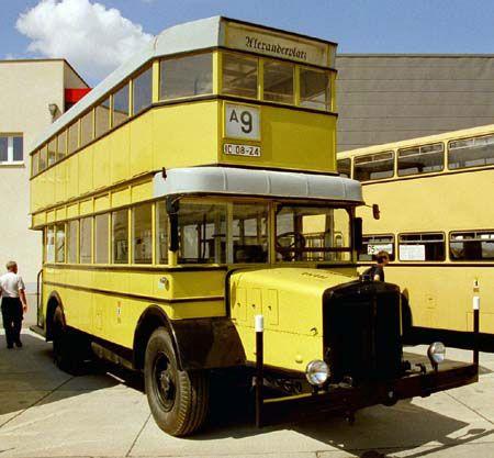 Berliner Omnibus NAG D2 der ABOAG im Hof Siegfriedstrasse ...
