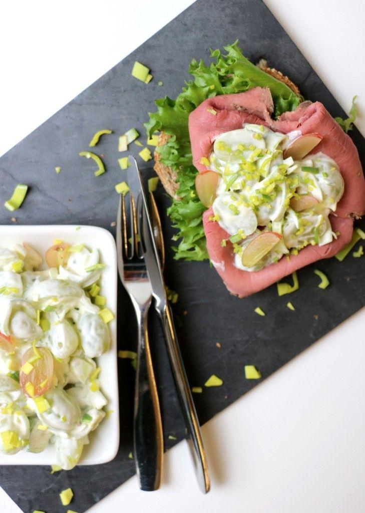 Drue- og purreløksalat 1 beger steinfrie druer ½ – 1 purreløk 300 g kesam eller lettrømme 50 g majones safta fra ¼ sitron 1 ts sukrin+, evt. sukker