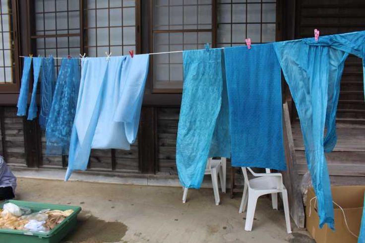 草木染め。藍で染めたが濃淡は様々。同じもので染めても、濃さによって雰囲気が大きく変わる。