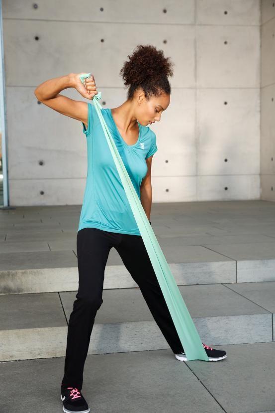 """Mit diesem Sportlook steht """"Color Blocking"""" wieder ganz oben auf dem Trainingsplan: Grün und Schwarz sind die bestimmenden Farben, die das Outfit mit frischen Styles von Bench, H.I.S und Nike genauso spannend wie ausgeglichen machen."""
