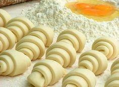 Mäkké, plastické, tvarovateľné a chutné. Také je univerzálne tvarohové cesto, ktoré bude hitom vašich letných a jesenných koláčov. Nech už sa rozhodnete urobiť hoci aj obyčajný jablčník, vyskúšajte klasické cesto vymeniť za tvarohové. Mimochodom, ak vynecháte cukor, je vynikajúce aj na prípravu slaných koláčov! Cesto je vhodné aj na prípravu jednoduchých slimákov, či ľahkých jednohubiek. Budete potrebovať: