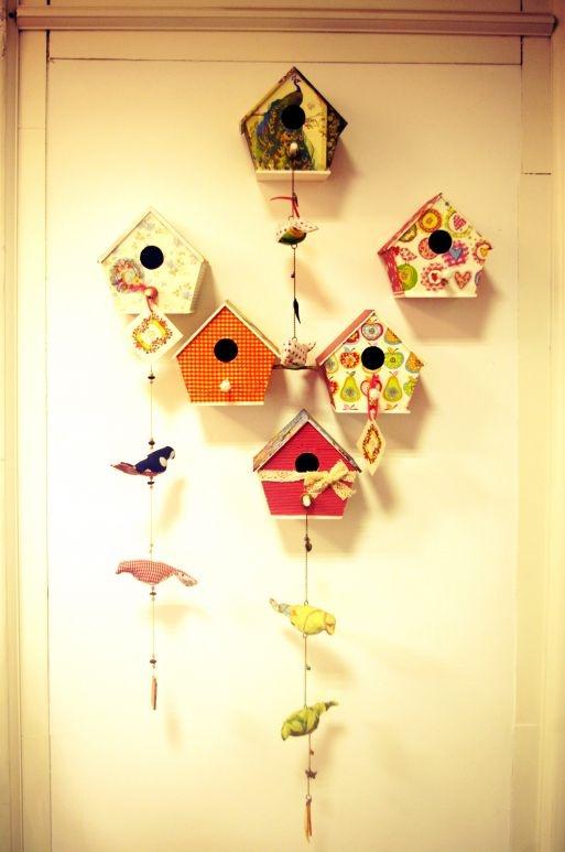 Tu casita de pájaros puede quedar así, para cualquier lugar de tu hogar-, como regalo de fin de año, algo hecho con tus manos y mucha imaginación. Todos los materiales incluidos te esperamos:-)
