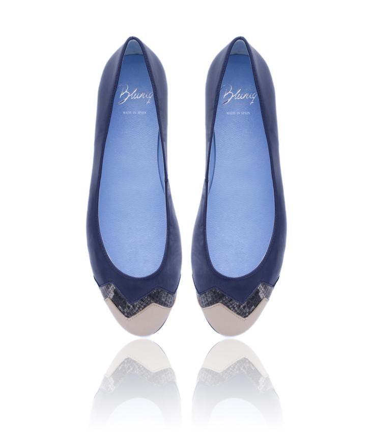 Bailarina de napa azul y serpiente gris con una puntera de piel nude, perfecta combinación de colores, con el toque bluniq, la suela azul